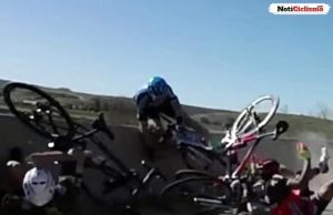 Ciclista se salva por poco de caer en un puente a 9 metros de altura