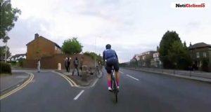 Jóvenes lanzan una bicicleta a un grupo de ciclistas para provocar su caída