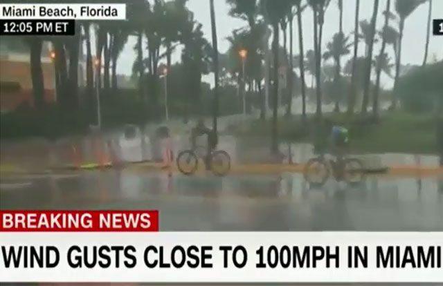 Ciclistas montan en bicicleta en Miami durante el huracán Irma