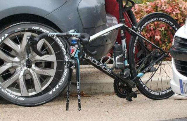 Ciclista atrapado usando un motor en su bicicleta