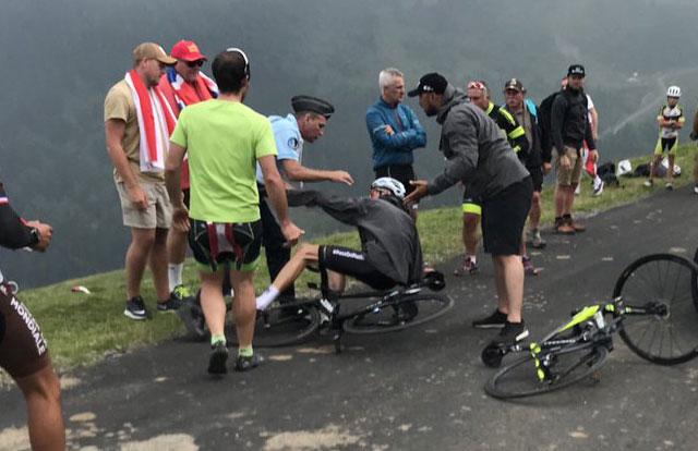 Policía Francés derriba a Chris Froome en el Tour de Francia 2018