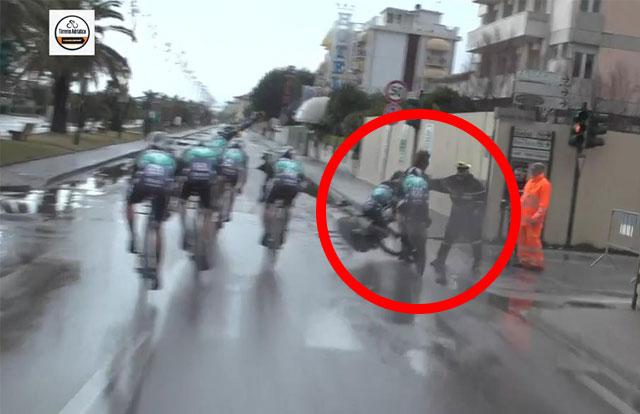 Ciclistas embisten a un espectador